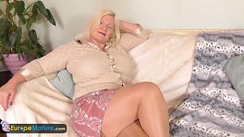 pissing old lady over Tina diamond webcam girl naked spreading legs and pussy lips rubbing clit